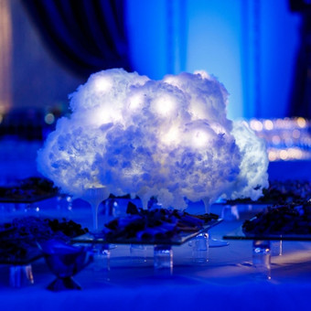 Šviečiantys debesys ant stalo.  Dekoras: Donatas Kriukas, www.dkdizainas.lt Foto: V. Žilinskas, zavifoto.lt
