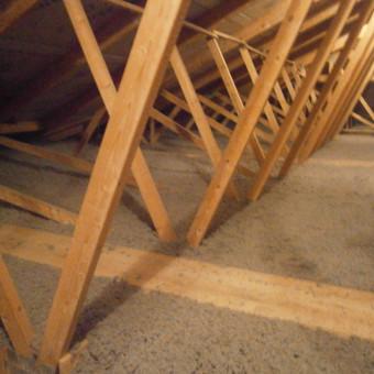 Šiltiname namo perdangą ekovata - ji laisvai užpurškiama ant palėpės grindų ir sudaro vienalytę izoliaciją, be termotiltų