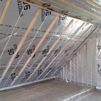 Šiltiname stogą ekovata, padarome norimo storio karkasą, ištempiame plėvelę, po to už plėvelės įpurškiame ekovatą ar akmens vatą - gaunasi vienalytė izoliacija, be termotiltų.