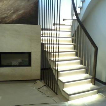 Laiptų apšvietimas - LED juosta po pakopomis.