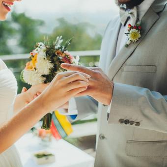 Pagal išsirinktą vestuvių temą  papuošti jaunieji.