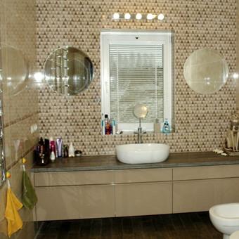 Vonios spintelė su blizgiai dažytais MDF fasadais ir rankenėlėmis. Blum furnitūra.