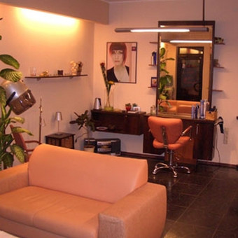 Kirpyklos salono baldai iš Laminuotos LMDP riešuto spalvos. Blum  furnitūra.