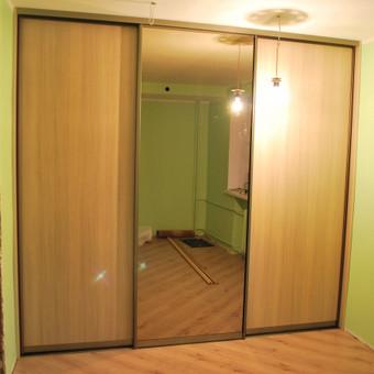 Slenkančioms sistemom spinta su veidrodžiu