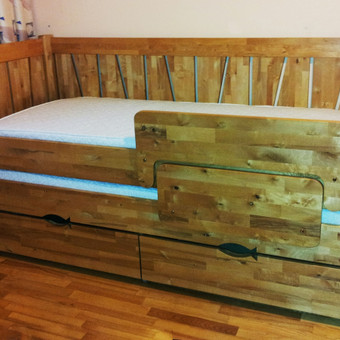 Ištraukiama medinė dviaukštė lova.