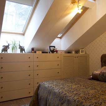 Klasikinio stiliaus mansardos miegamasis
