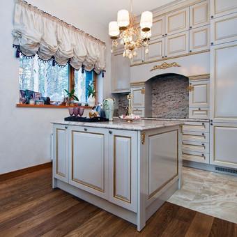 Klasikinio stiliaus mansardos virtuve