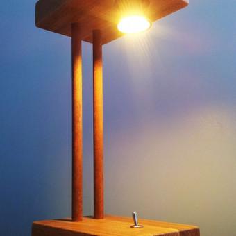 Vienetinis rankų darbo stalinis šviestuvas.