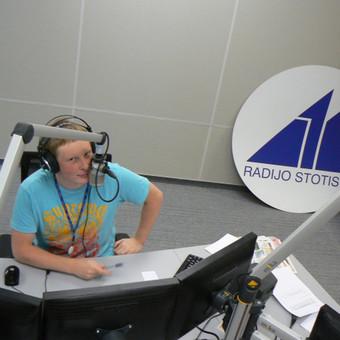 Radijo laidų vedėjai dažnai pajuokauja, kad išsiskirti su mergina lengviau nei su radijo eteriu. Taip ir darbuojuosi, kad ir su pertraukom, bet jau 15 metų. Kiekvieną darbo dienos popietę su k ...