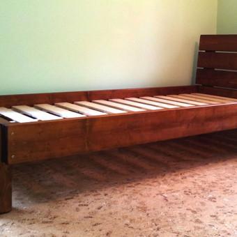 Viengulė lova iš pušies masyvo.