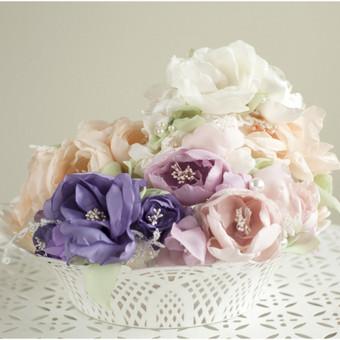 Kuriu papuošalus iš gėlyčių. Kiekvienam lapeliui suteikiu tikros gėlės faktūrą ir forma, kad atrodytų kuo natūraliau.