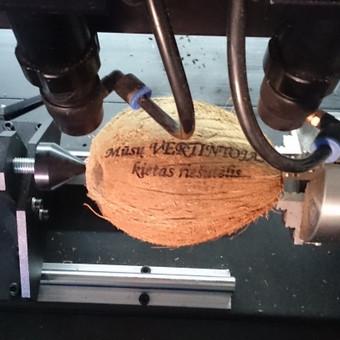 Kokoso riešutų ir kitokių cilindrinių paviršių graviravimas rotoriniu priedu staklėms.