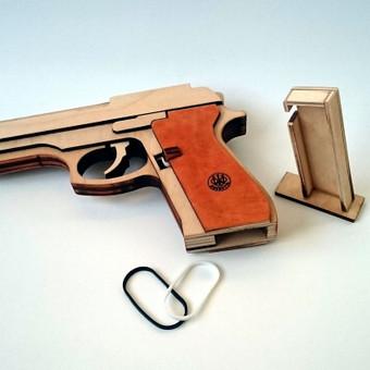 Kanceliarinėmis gumytėmis šaudantys žaislai.
