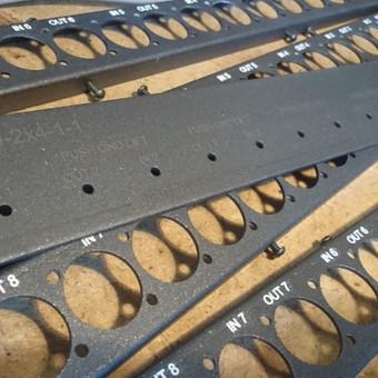 Dažytų metalinių paviršių graviravimas.