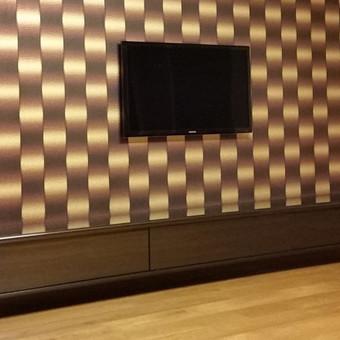 Svetainės baldas pakabinamas. Tamsiai rudo blizgaus perlamutro spalvos. Dažyto stiklo  slankios durelės.
