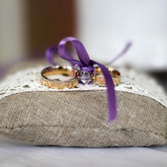 Rankų darbo lininė pagalvėlė vestuviniams žiedams. Gali būti kvepančių žolelių užpildas.