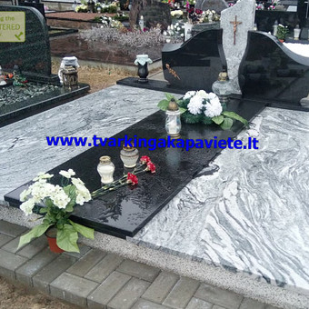 Kapavietės uždengimas plokštėmis. Naudotas juodas Karelijos ir šviesus Wiscount white granitas