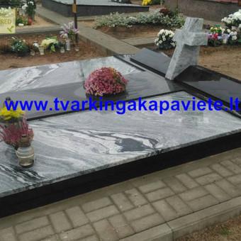 Kapavietė uždengta juodo Karelijos ir šviesaus Wiscount granito plokštėmis.