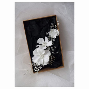 Baltų gėlių kompozicija ypatingai dienai!