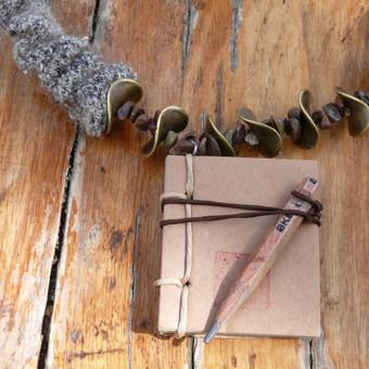 Rankų darbo papuošalas. Naudotos medžiagos: originali knygutė, parsivežta iš Pietų Korėjos, mediniai karoliukai, natūralūs akmenukai, speciali mezgimo technika.