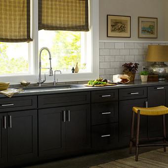 natūralaus beržo filingai, dažyti tamsiai, suderinti su garstyčių spalvos detalėmis, suteikia virtuvei subtilumo ir lengvos klasikos įspūdį