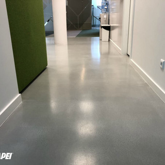 "Įrengta ULTRATOP cementinė savaime išsilyginanti grindų danga. ""Natural"" efektas. ""SEB"" Biurų patalpos Vilniuje.  http://velvemst.lt/uploads/Ultratop_LT.pdf"