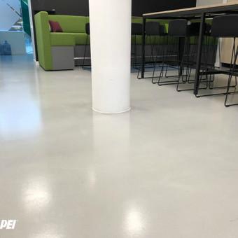 "Įrengta ULTRATOP cementinė savaime išsilyginanti grindų danga. ""Natural"" efektas. ""SEB"" Biurų patalpos Vilniuje.  http://velvemst.lt/uploads/517_ultratop_lt_160318.pdf"