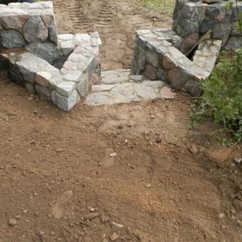 Skaldyto akmens mūras,vazonai,atraminė laipteliai