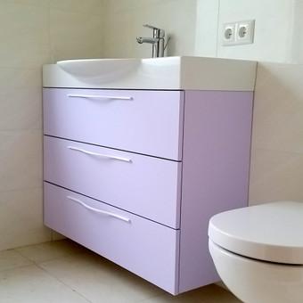 Vonios spintelė su stalčiais. Blum furnitūra su švelniu uždarymu. Dažyti MDF fasadai.