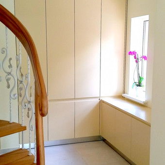 Koridoriaus spinta su atidaromomis durimis. Frezuotomis rankenėlėmis. Lankstai Blum su švelnaus uždarymo mechanizmai.