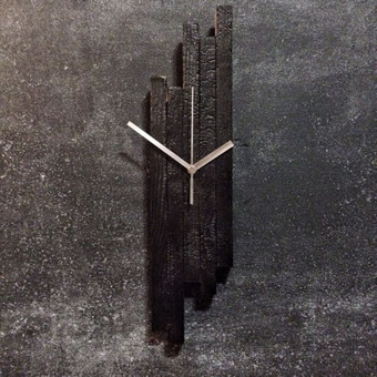 Laikrodis pagamintas iš apdegintų sendintų lentų, padengtas natūraliais lakais. Laikrodžio unikalumas tame, kad kiekvienas laikrodis yra kitoks nei ankstesnis. Daugiau prekių rasite www.burnwood.lt