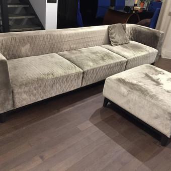 Veliūrinė samanų spalvos sofa ir pufas; Kojaryšis - beicuotas ąžuolas.