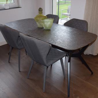 Valgomojo komplektas: Stalas - šukuoto rudo granito stalviršis ir juodai dažyta kojų konstrukcija.  Kedės - https://www.facebook.com/accanto.lt/