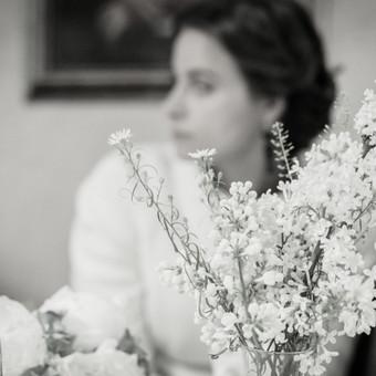"""Nuotaka Gabrielė. Pakeliui į šventės šurmulį užsukome ramios puodelio kavos (vestuvių fotografija, nuotrauka iš ciklo """"Mano moterys"""", paroda """"Kablyje"""")"""