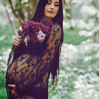 Fotosesija studijoje arba gamtoje. Nemokamai galėsite rinktis iš studijoje esančių nėštukių suknelių, taip pat dirbtinių gėlių vainikų. Kaina: 50e, su makiažu: 70. Fotosesija namuose: 60e.