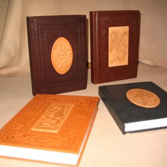 Sveikinimo knygos, darbo kalendoriai, nuotraukų albumai su inicialais, užrašais, datomis, įspaudais, reljefais. Kaina priklauso nuo dydžio, odos, darbo sudėtingumo. Kaina nuo 30 eurų.