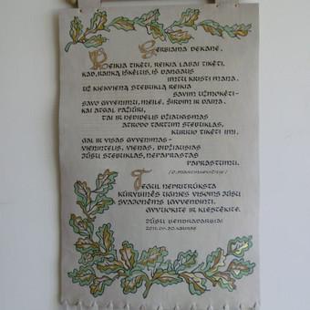 Odiniai tekstai, eilės, himnas, sveikinimai. Kaina priklauso nuo teksto dydžio ir puošybos sudėtingumo (nuo 200 eurų).