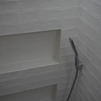 prabangus butas senamiestyje per du aukstus 120kv plyteliu klijavimas,supjovimas 45 laipsniu kampu