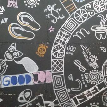 Piešiniai iš urvo LOFTE. Fragmentas. Piešimas ant sienų markeriais.