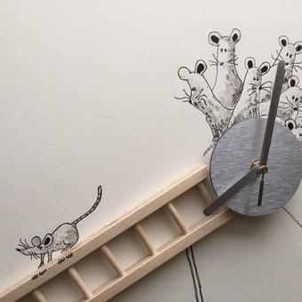 Laikrodis. Detalė. Piešinys ant sienos. Pelės.