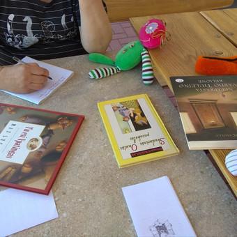 Ne tik lėlės, bet ir pasakų knygos apie lėles pasitarnavo Lietuvos biblioterapijos asociacijos stovyklos metu