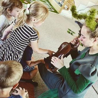 """Miuziklas """"Žiogės istorija"""" trukmė - apie 50 min. Miuziklas yra interaktyvus, jo metu tiek vaikai tiek tėveliai bus įtraukti į siužetą, patys tams miuziklo režisieriais, aktoriais bei žiūr ..."""