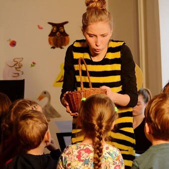 """Miuziklas - """"Bitutės receptas"""" trukmė - apie 40 min.  Interaktyvus miuziklas skirtas  visai šeimai, miuziklo metu gaminsime medų, jį ragausime, atsakinėsime į klausimus ir daug keliausime!"""
