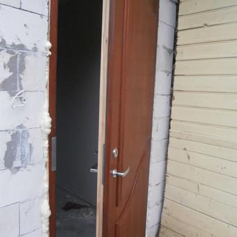 Šitos lauko durys šiltintos 7-8 cm. storio šiltos nereikia dvigubu durų  dėti. Privatus namas.