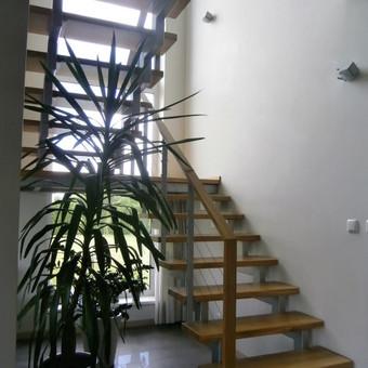Laiptai privatus namas. Metaliniai medinėmis pakopom.