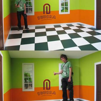 3D iliuzija, dydžių kambarys. Išskaičiuoju ir dekoruojų sudėtingas iliuzijas. Iliuzijų namas Eureka, Palanga  Langai ir dūrys dešinėje piešti, apvadai tikri.