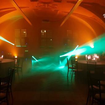 Renginio įgarsinimas ir apšvietimas. Užsakant pilną paketą, šventės metu galite mėgautis įspūdingais šviesos efektais.