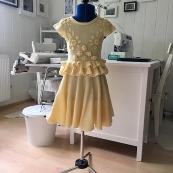 Vaikiška megzta suknelė, dekoruota nertomis detalėmis
