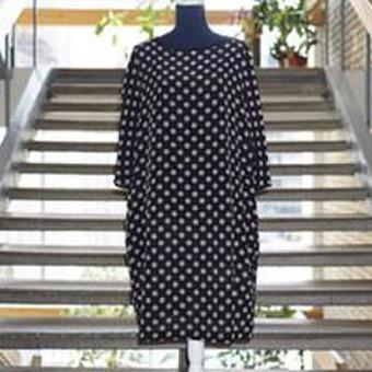 Prabangą ir eleganciją spinduliuojanti kimono stiliaus suknelė. Sudėtis: 100% šilkas.