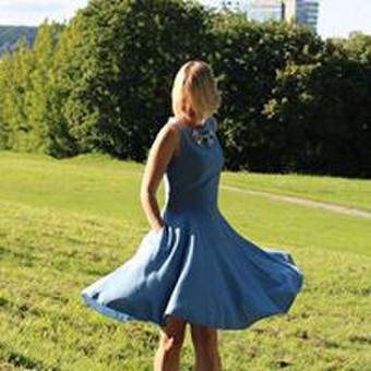Lengvumas, elegancija ir prislopinta mėlyna spalva taip tinka jaunai šviesiaplaukei mėlynakei.